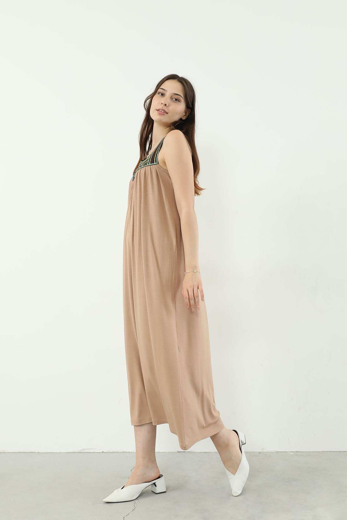 İşlemeli Askılı Elbise-Bej